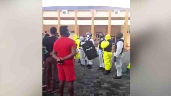 Pointe-aux-Sables : 9 personnes en quarantaine arrêtées pour avoir séquestré un médecin et tenter de l'agresser avec une paire de ciseaux