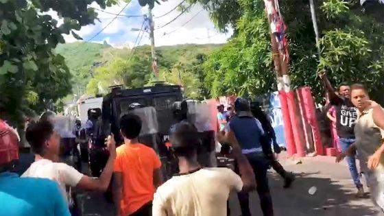 Vidéo : Des policiers pris à partie lors des tensions à Vallée-Pitot