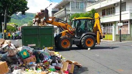 Carcasses de poulet, peaux de bœuf et poissons décomposés jetés en pleine rue : le lord-maire déplore l'incivisme de certaines personnes