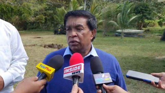 Marée noire : le Président Roopun à Rivière-des-Créoles