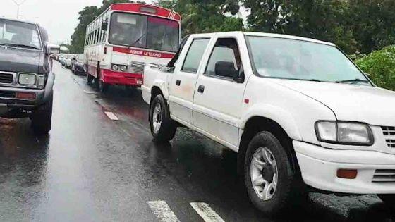 Avis de fortes pluies - route fermée et embouteillages à Terre-Rouge