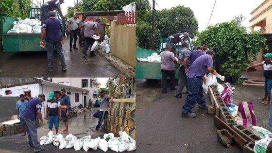 Des barrages avec des sacs de sable et des briques pour empêcher la pénétration d'eau dans la cour des habitants