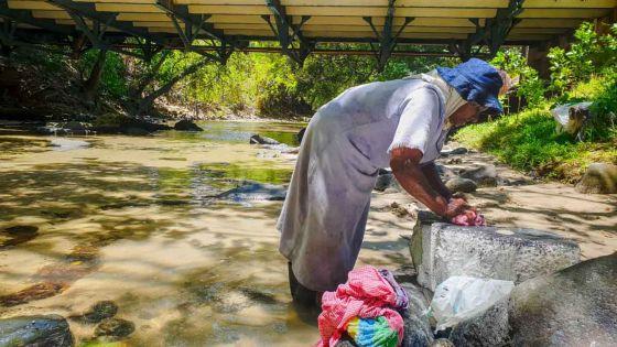 À 60 ans, elle fait toujours la lessive quotidienne à la rivière