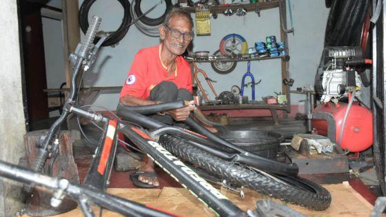 Goodlands : Ashock Sonah, 81 ans, réparateur de vélos, ne connaît pas le confinement