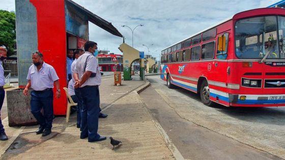 Reprise d'un service restreint du transport : bus rares pour gare clairsemée à Rose-Hill