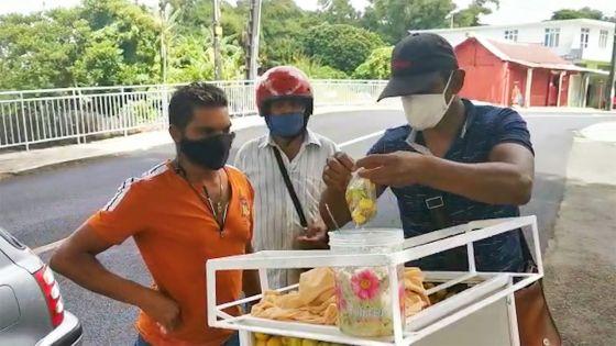 A St-Pierre - Manoj, marchand de goyaves de Chine : «Mo pe bizin trase pou mo kapav manze…»