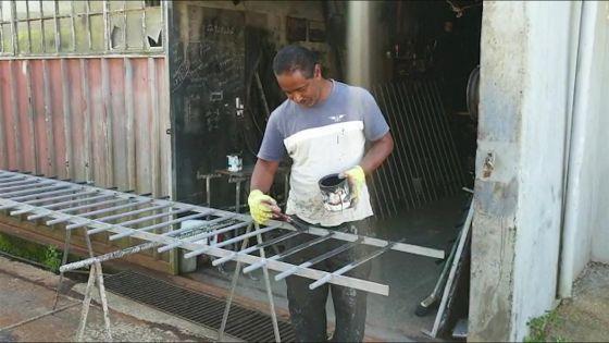 Vie d'artisan sous le confinement :forgeron depuis 30 ans, PierreShibchurn continue à battre le fer