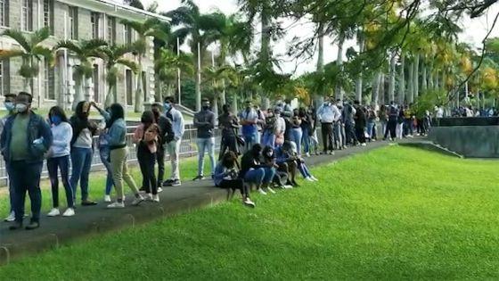 UoM : longue file d'attente des étudiants pour la vaccination contre la Covid-19 ce jeudi