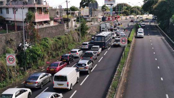 Couvre-feu : barrage routier à Port-Louis