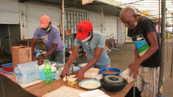 Mahébourg : Des SDF préparent et partagent des repas avec d'autres sans-abri