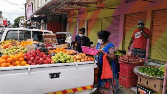 Solidarité par temps de confinement : un propriétaire de magasin vient en aide à un marchand de fruits