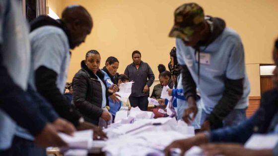 Afrique du Sud: l'ANC remporte les législatives mais son déclin continue