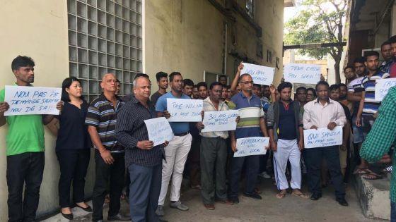 Tara Knitwear : des employés effectuent un sit-in devant leur usine