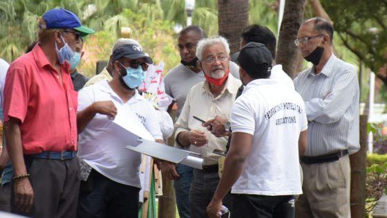 Des chauffeurs de taxi d'hôtels menacent de se mettre en grève de la faim