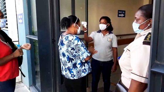 Déconfinement partiel : prise de température et désinfection des mains à l'entrée de l'hôpital Jeetoo