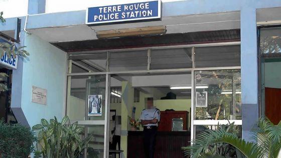 Un couple arrêté : l'épouse agresse un policier avec une paire de ciseaux
