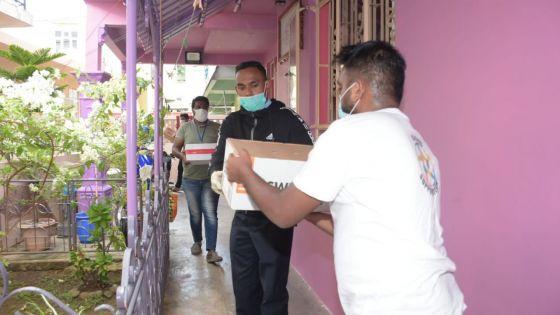 [En images] Don de vivres par des bénévoles dans la capitale
