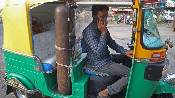Inde: un chauffeur de tuk-tuk se change en ambulancier pour les pauvres