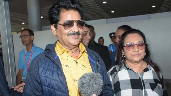 Udit Narayan chante «Papa Kehte Hain» à Plaisance