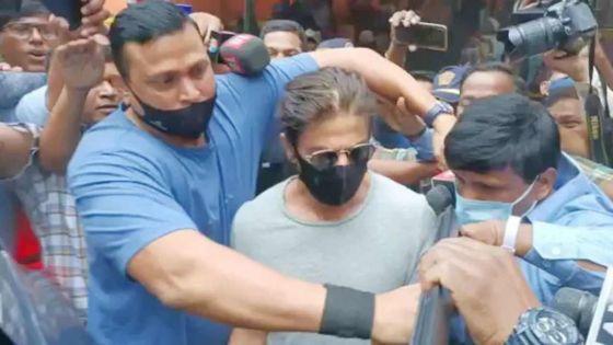 L'acteur Shah Rukh Khan rend visite à son fils Aryan à la prison de Mumbai