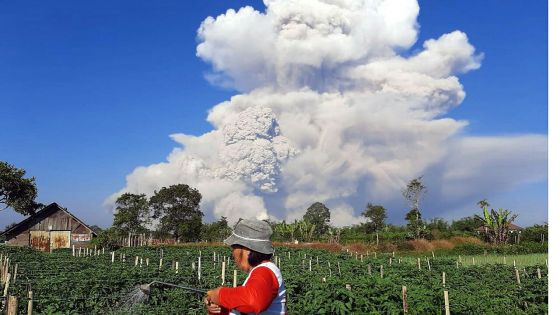 Indonésie : le volcan Sinabung crache une spectaculaire colonne de cendres