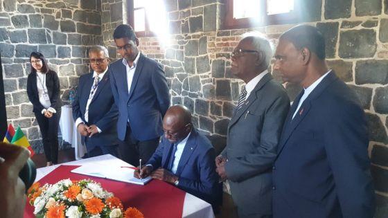 Musée de l'esclavage : le ministre sénégalais Abdoulaye Diop visite l'ancien hôpital militaire