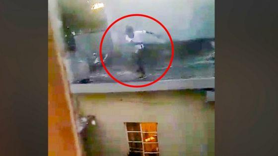 Beau-Bassin : un homme filmé en train de lancer des pierres sur la maison de son voisin