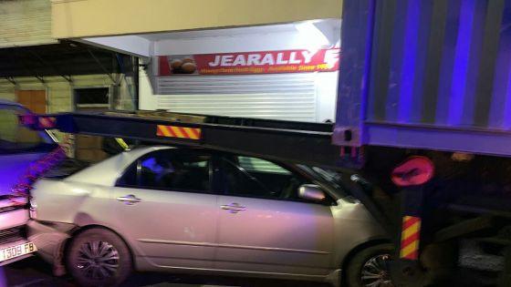 Un mort à Port-Louis : la remorque et son conteneur se détachent et basculent sur une voiture en stationnement