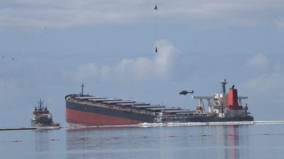 La barge de récupération du carburant connectée au Wakashio, comité de crise avec le PM au parc marin de Blue-Bay à 16 heures