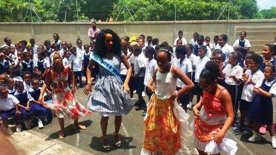 La Gaulette : Miss Monde 2019 s'offre quelques pas de danse avec des écoliers