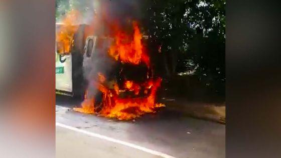 Ebène : un camion prend feu