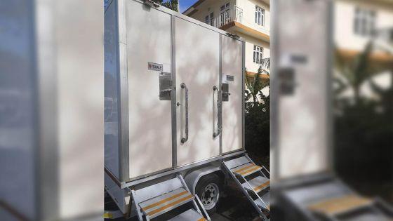 Marée noire : deux toilettes et quatre salles de bains mobiles pour ceux qui aident au Mahébourg Waterfront