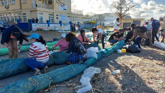 [En images] Marée noire : la mobilisation citoyenne pour sauver nos lagons ne faiblit pas
