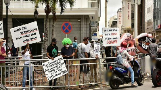 [En images] Manifestation pacifique : des citoyens réclament un «autre comportement» dans l'hémicycle
