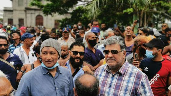 Comparution de Yogida Sawmynaden : mobilisation d'une centaine de personnes devant la cathédrale St-Louis