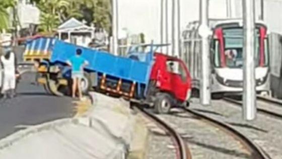 Barkly : un camion termine sa course sur les rails du métro