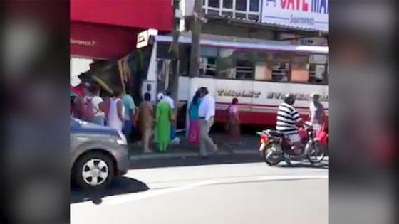 Triolet : un autobus fait une sortie de route et termine sa course dans un magasin