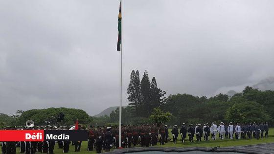 12-Mars : cérémonie protocolaire pour la levée du drapeau à la State House devant un nombre limité de personnes