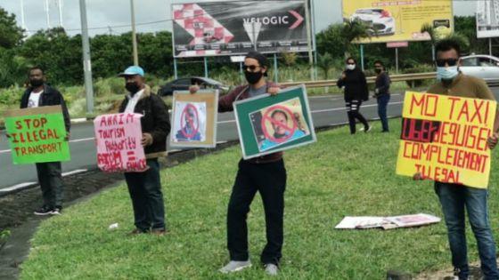 [En images] Réouverture des frontières : manifestation des chauffeurs de taxi de l'aéroport ce matin