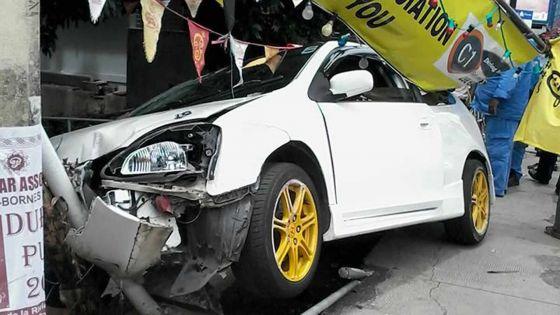 À Rose-Hill: une voiture termine sa course dans un caniveau