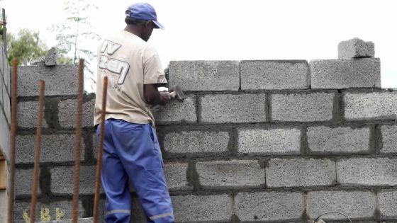 Mahébourg : construction sur un balisage et une boulangerie dans un quartier résidentiel