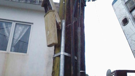 Devant le garage d'un habitant de Triolet: un pylône de MT obstrue le passage
