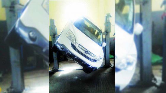 À cause du défaut présumé d'un lift: des mécaniciens ont failli être écrasés sous une voiture
