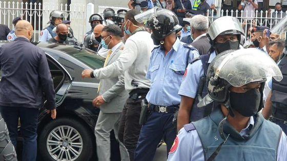 Private Prosecution : Yogida Sawmynaden encore une fois hué par la foule à sa sortie du tribunal
