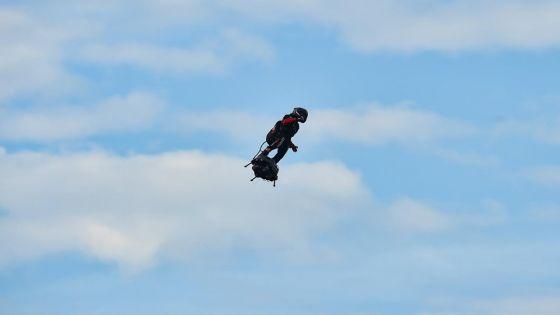 [En images] Pari réussi pour le Français Franky Zapata qui atterrit en Angleterre sur son flyboard