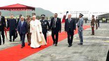 Visite papale -À l'aéroport :en deux temps, trois mouvements