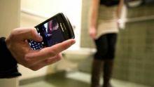 À l'aide de son smart phone : un Chef inspecteur filme sous la jupe d'une femme