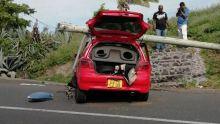 Rodrigues : une voiture finit sa course contre un pylône