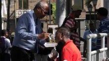 Il fait manger un homme en détresse dans les rues de la capitale