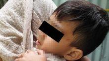 Seule avec ses deux petits : une jeune maman assisteà l'agression de son fils par un intrus